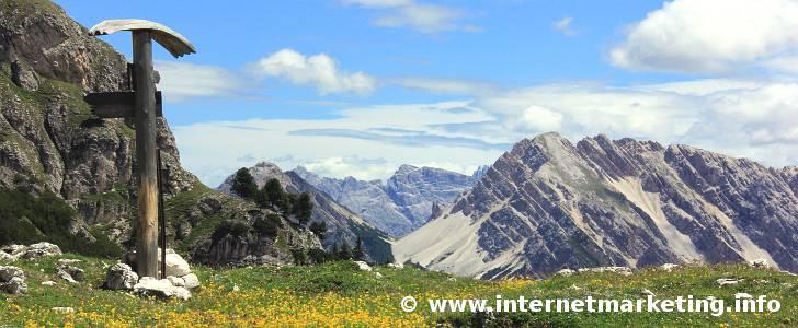 Kleiner Rosskopf (2.594 m, rechts) und Herrstein (2.447 m, links) in den Pragser Dolomiten in Südtirol.
