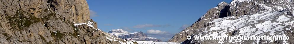 Tierser Alpl Hütte (2.440 m) im Hintergrund das Sella Massiv (Foto Volker).