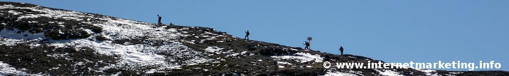 Gruppo di escursionisti diretti al Passo del Molignon nel Gruppo del Catinaccio (Foto Volker).
