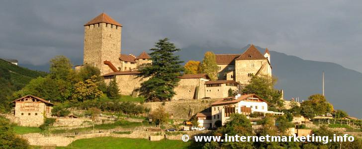 Schloss Tirol bei Dorf Tirol in Südtirol.