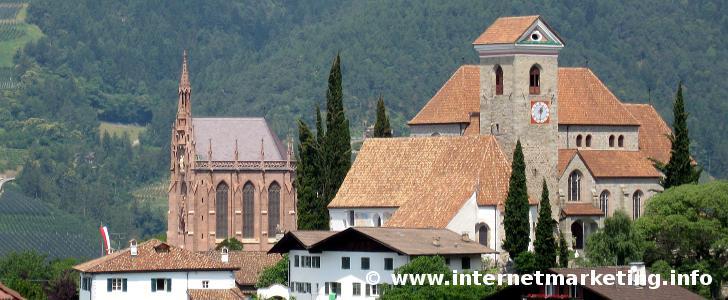 Mausoleum und Pfarrkirche von Schenna in Südtirol.