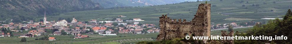 Burgruine Untermontani mit der Gemeinde Latsch im Vinschgau im Hintergrund (Foto: R. Jakubowski).