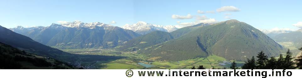 Obervinschgau mit Panorama der Ortlergruppe.