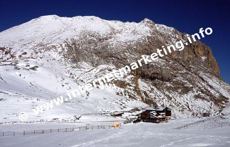 Plattkofelhütte (2.300 m) am Fuße des Plattkofels (2.954 m) in der Langkofelgruppe (Foto: Volker).