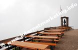 Aussichtsterrase der Kölner Hütte im Rosengarten im Nebel (Foto: R. Jakubowski).