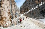 Abstieg vom Passo Molignon (2.604 m) in den Grasleitenkessel im Rosengarten (Foto: R. Jakubowski).