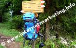 Wanderrucksack und Wegweiser in der Wolfsgrube bei Welschnofen in Südtirol (Foto: Volker).