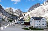 Rifugio Vajolet (2.246 m) sotto la Cima Vajolet (a sn, 2.749 m) e il Catinaccio d'Antermoia (a ds, 3.002 m) nel Catinaccio (Foto: R. Jakubowski)