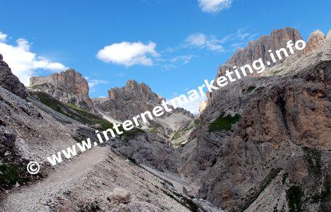 Blick von der Vajolethütte (2.246) zum Grassleitenpaß (2.601 m) mit dem Kesselkogel (3.002 m) rechts (Foto: R. Jakubowski).