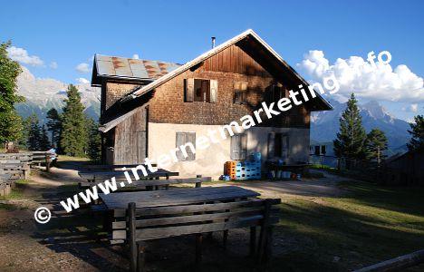 Die Tschafonhütte (1.737 m) im Herzen des Naturparks Schlern-Rosengarten (Foto: R. Jakubowski).