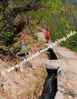 Wandern neben dam Wasser am Algunder Waalweg (Foto: R. Jakubowski).