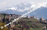 Dorf Tirol und Brunnenburg und Sarntaler Alpen im Hintergrund (Foto: R. Jakubowski).