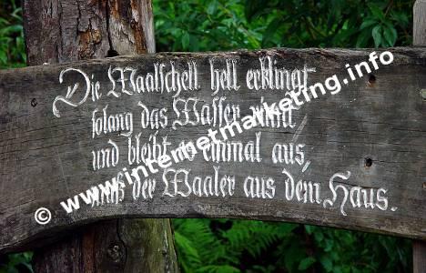Hinweisschild zu Waalschellen am Marlinger Waalweg in Südtirol.