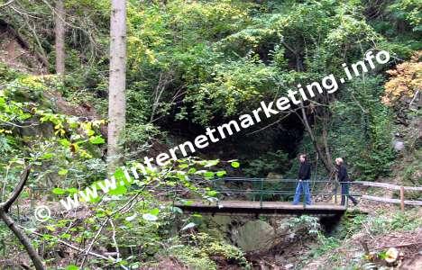 Brücke über einen Graben am Riffianer Waalweg.