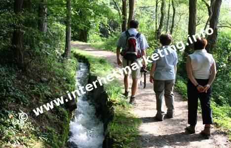 Wanderer am Tscharser Waalweg im Vinschgau in Südtirol (Foto: R. Jakubowski).